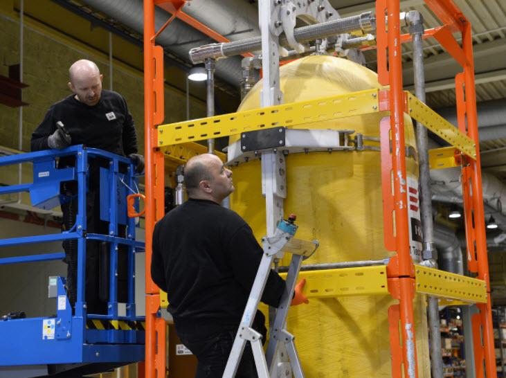 Mekanikerne Ola Reve (til venstre) og Krystian Jakubiak hos IKM Technology justerer en oppdriftstank som kan erstatte bruk av kran fra fartøy eller plattform.