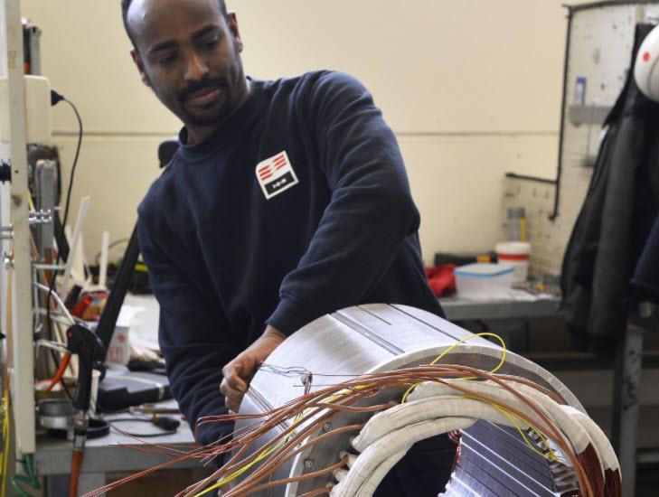 Saeid Bekit Yassin hos IKM Technology vikler høyspentmotorer hos IKM Technology på Bryne. Motorene brukes blant annet til drift av undervannsutstyr.