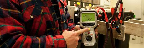 Mann holder elektrisk utstyr som benyttes til å utføre jobber med høy spenning innen Høyspent- og Elkraftteknikk