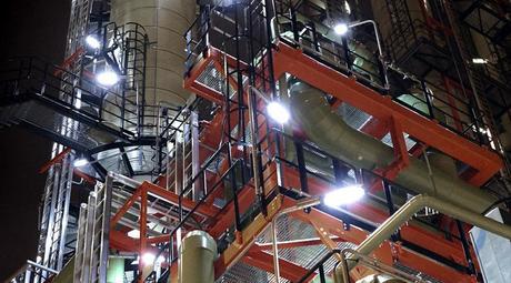 En eksplosiv sone i et industriområde er lyssatt med ATEX godkjent utstyr.