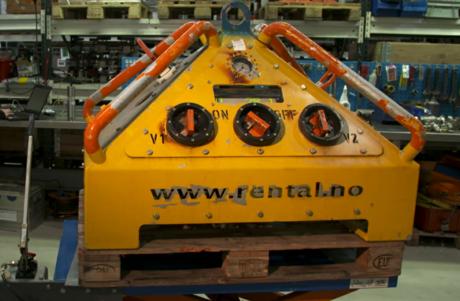 En subsea data logger fra IKM, tilpasset for ROV styring, står på en palle i påvente av bruk offshore.