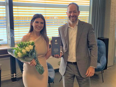 Stig Hognestad tildeler pris med blomster til vinner Racha Moubarak